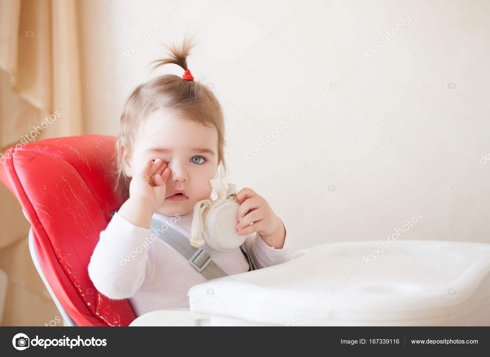 Baby meisje zit in de rode stoel u2014 stockfoto © luzgareva #167339116