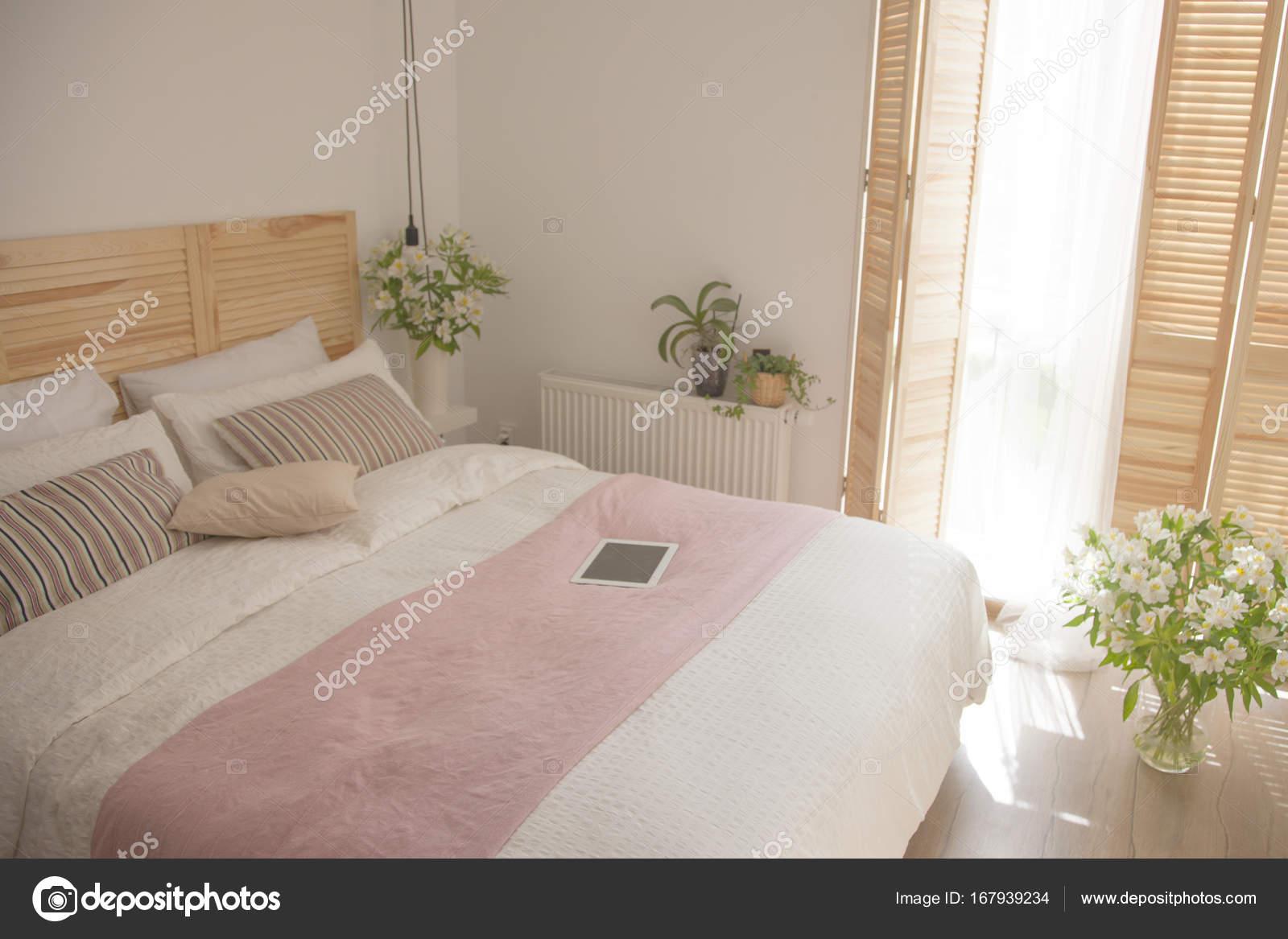 Interno della camera da letto in colori chiari — Foto Stock ...