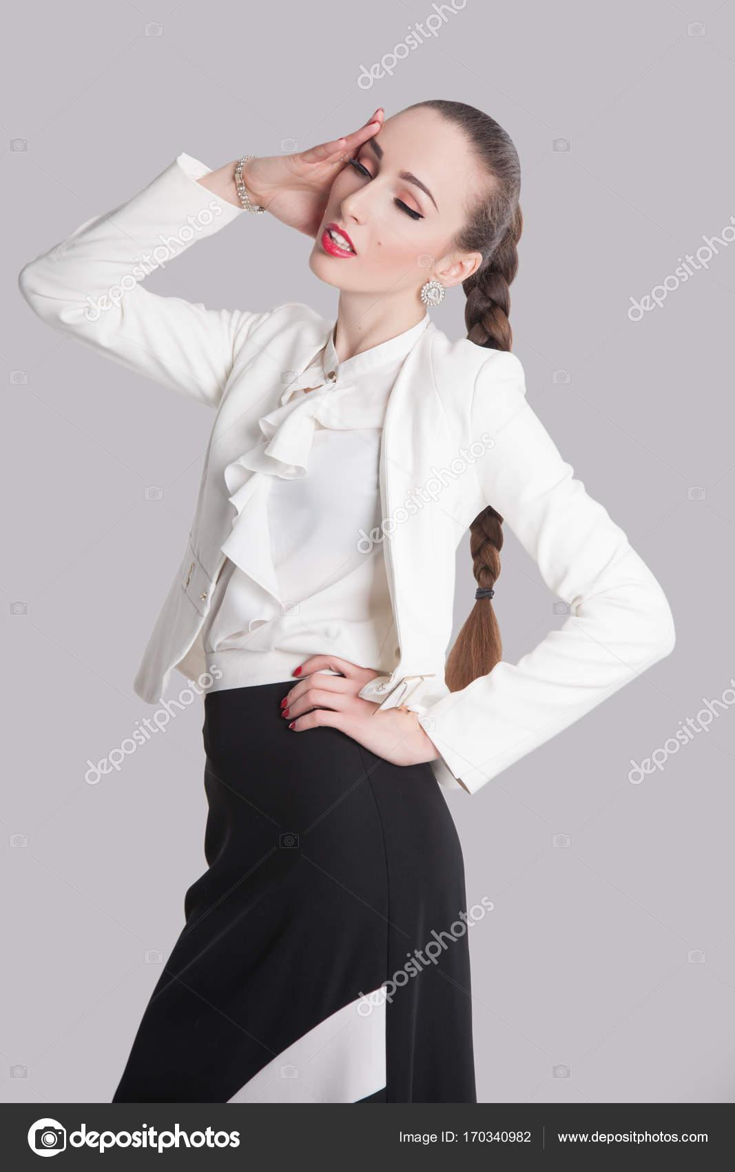 fe959693e711 Frau posiert in weißen Hemd und Rock — Stockfoto © luzgareva #170340982