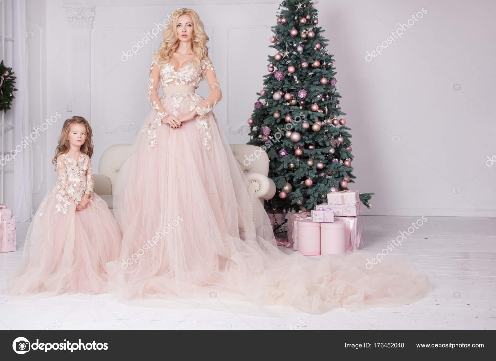 Weihnachtsgeschenke Mutter.Mutter Und Tochter Tragen Rosa Kleider Halten Weihnachtsgeschenke