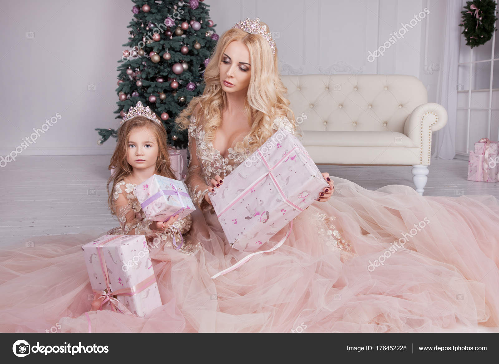 ff3fec258b49 Μαμά Και Κόρη Φοράει Ροζ Φορέματα Κρατώντας Δώρα Χριστουγέννων Μαμά — Φωτογραφία  Αρχείου