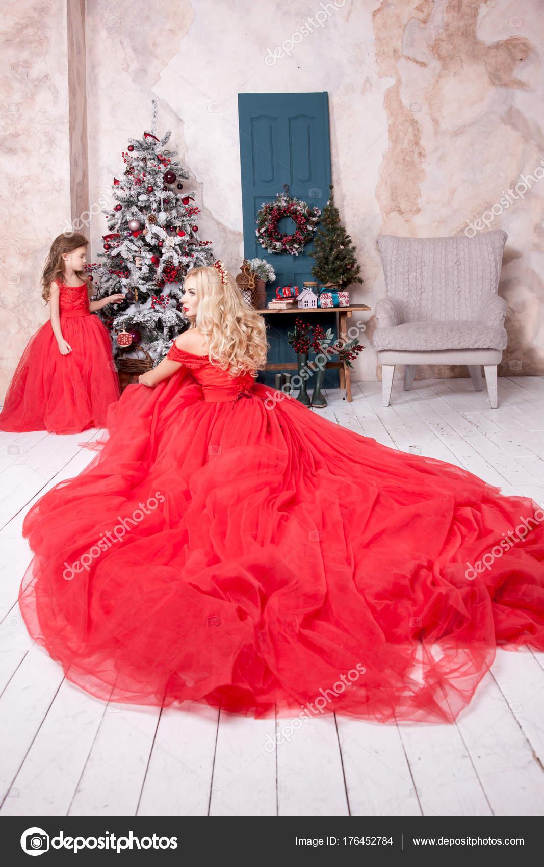 da9342d62a16 Μαμά Και Κόρη Φορώντας Κόκκινα Γιορτινά Φορέματα Άσπρο Σπίτι Εσωτερικό — Φωτογραφία  Αρχείου
