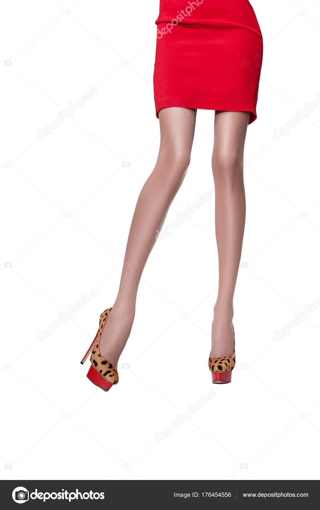 7abc645241349c Piękne nogi kobiety młode i sportowy w czerwoną sukienkę i buty na wysokich  obcasach na białym tle. Beżowy rajstopy na doskonałe długie nogi kobiety–  obraz ...
