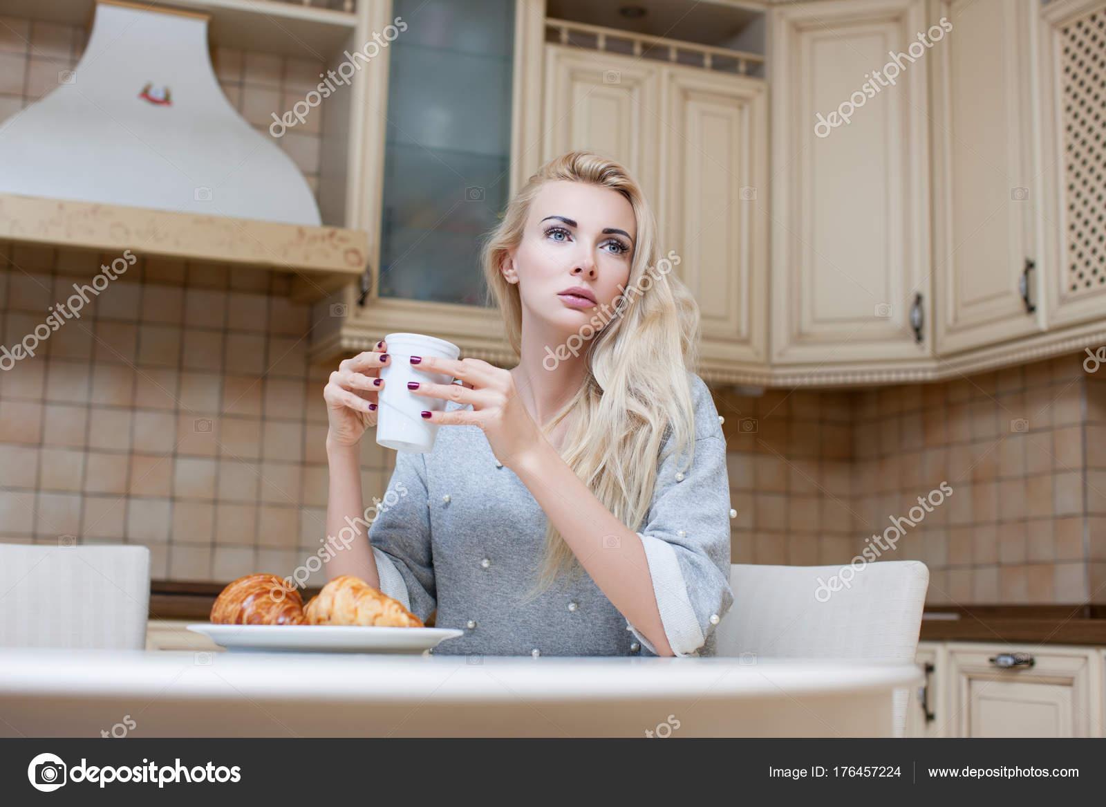 Блондинка на столе дома