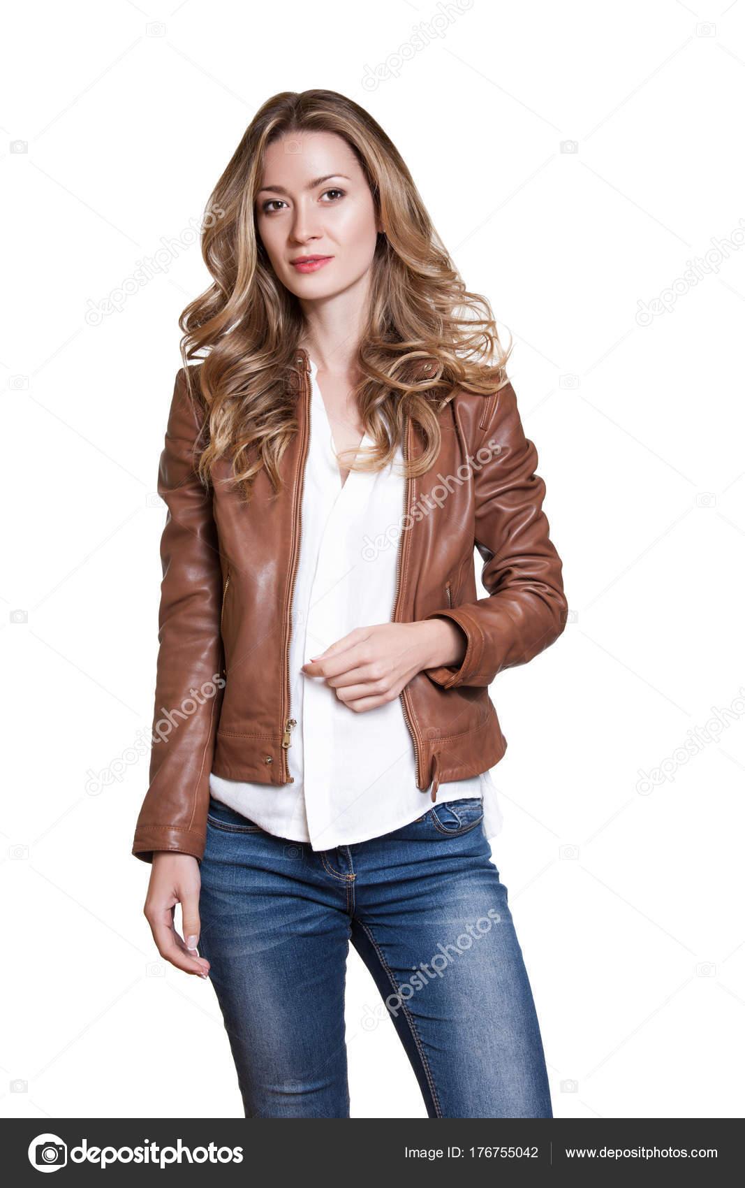 cf2d25e4598b1 Estudio de moda foto de modelo de belleza moda mujer con chaqueta de cuero  marrón