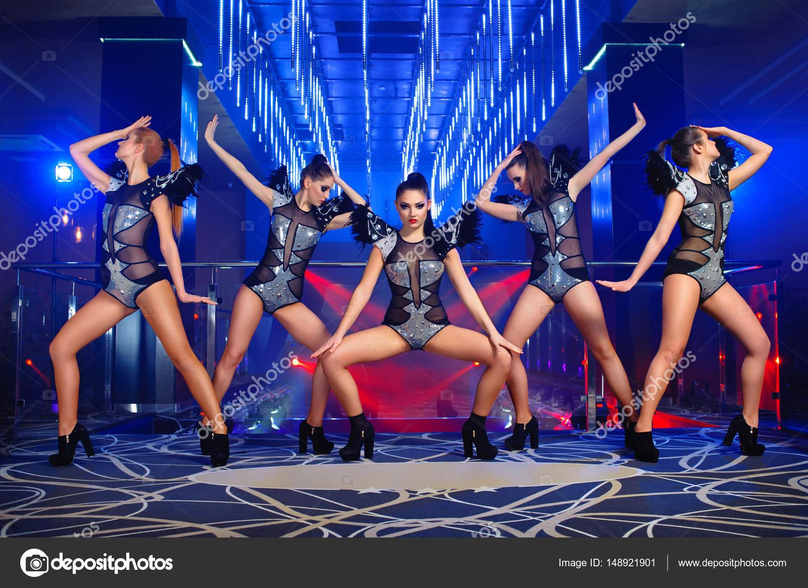 Chicas hermosa bailarina go-go sexy posando en la discoteca — Foto ...