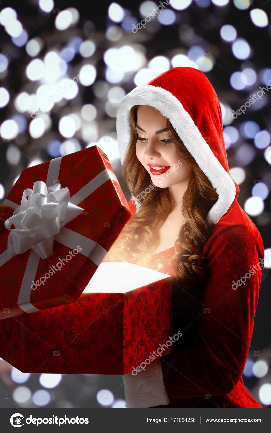 Schneewittchen im roten Anzug öffnet ein rotes Geschenk für ...