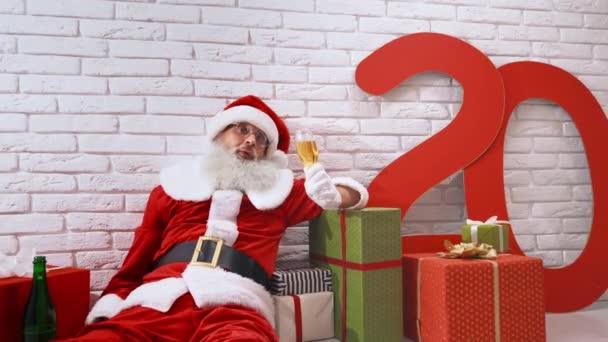 Nikolaus feiert Weihnachten mit einem Glas Champagner