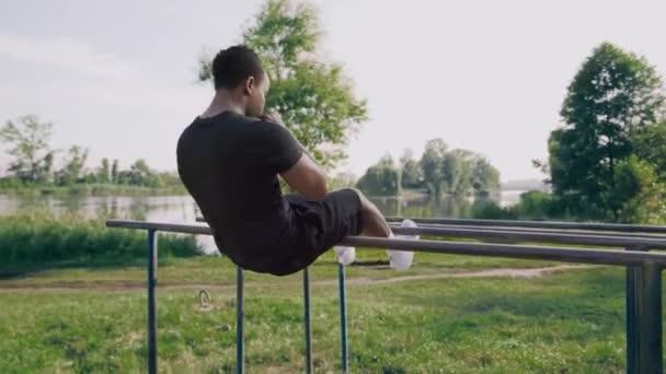 Afro-amerikanischer muskulöser Kerl macht Bauchkrämpfe