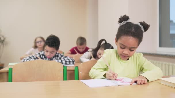 Lány rajzot a copybook osztályban.