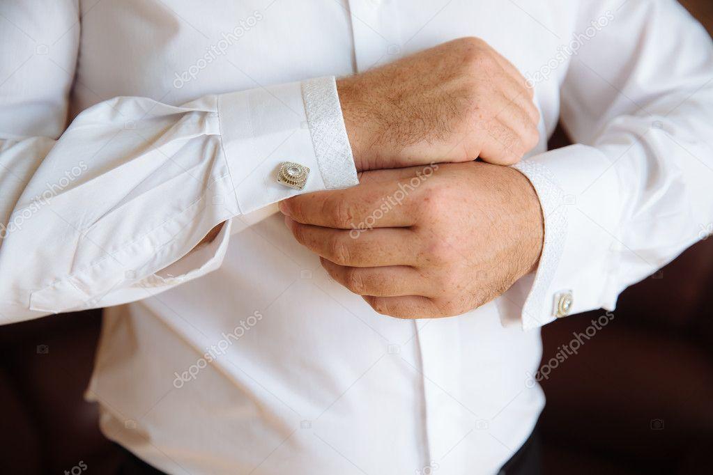 df4ce7131bd3 Γαμπρός τα χέρια με μανικετόκουμπα. Το κομψό τζέντλεμαν clother ...