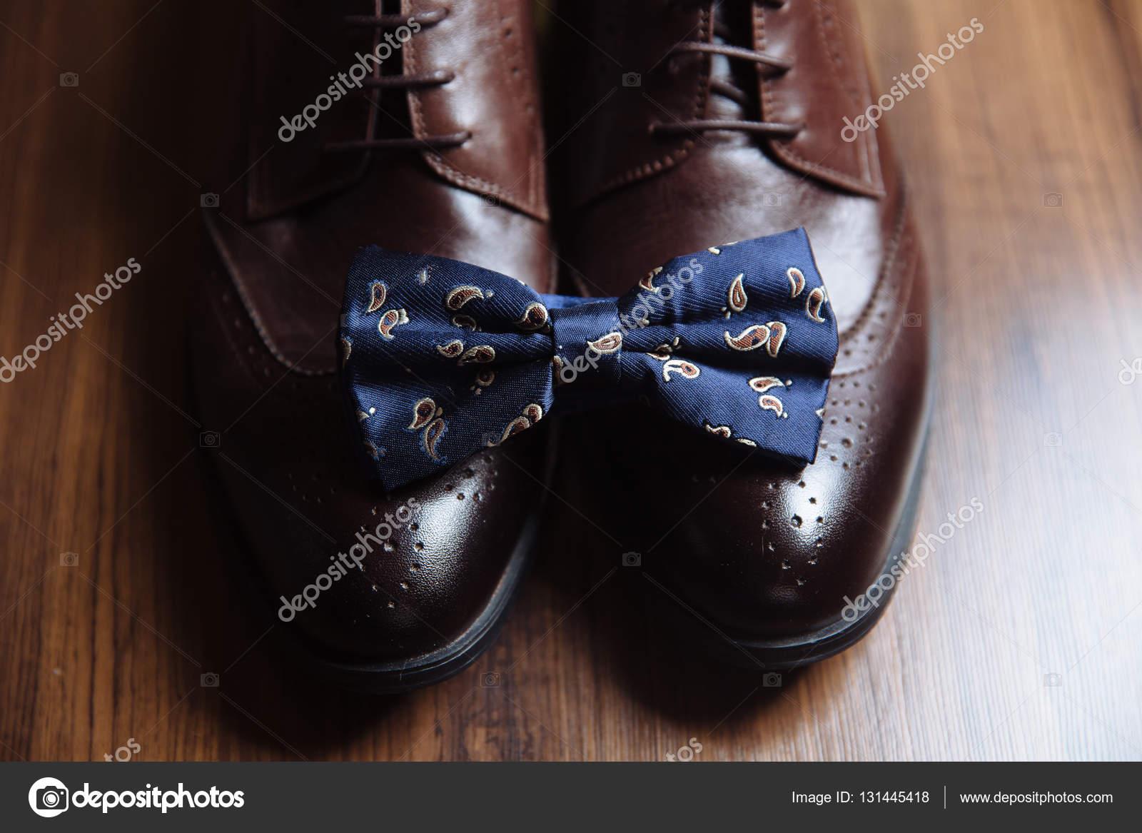 e1995a13f3 Bräutigam Accessoires, Fliege, Schuhe, Riemen auf dem Tisch. Konzept der  Gentleman-