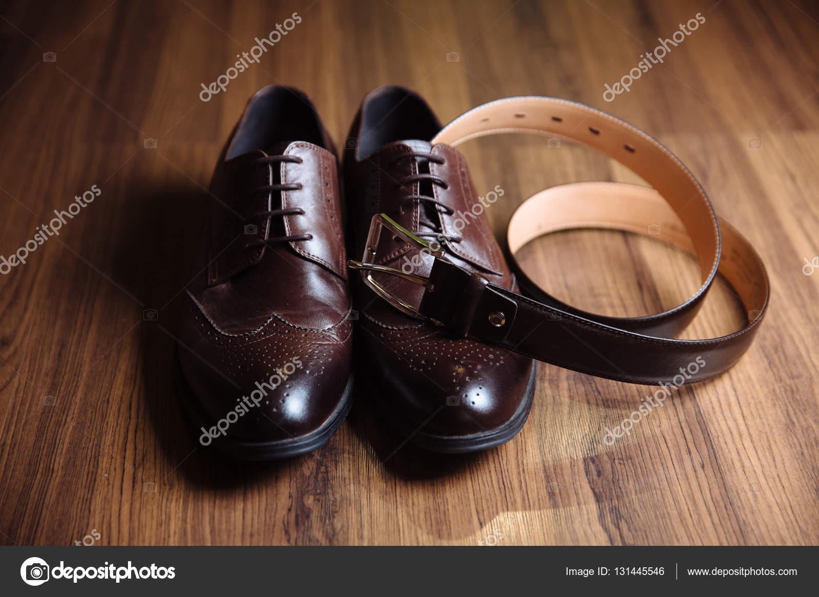 1c5607f6e1 Bräutigam Accessoires Schuhe, Schnallen auf dem Tisch. Konzept der  Gentleman-Kleid– Stockbild