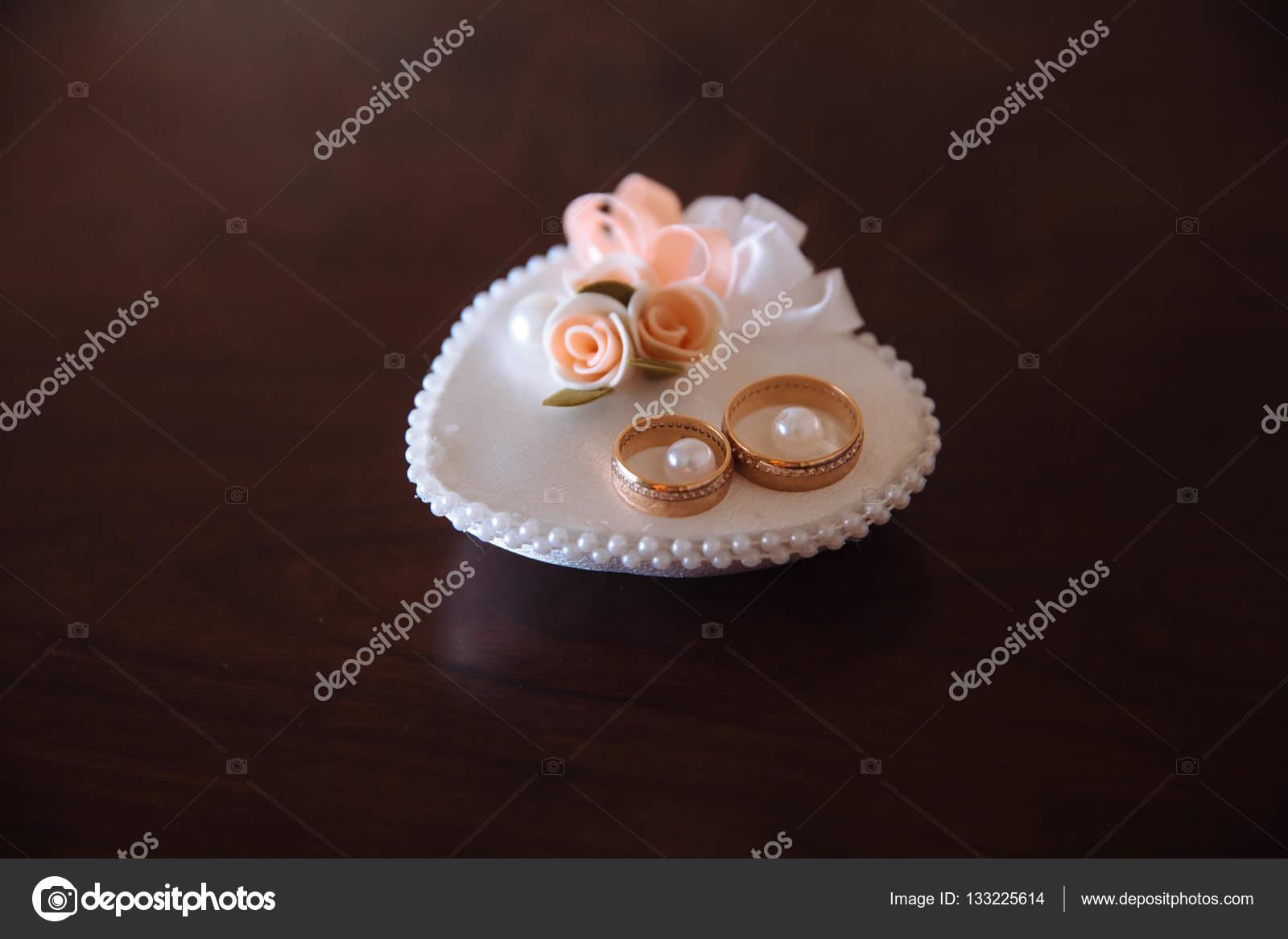 Goldene Hochzeit Ringe Auf Weiß Schmücken Kissen Auf Braunem