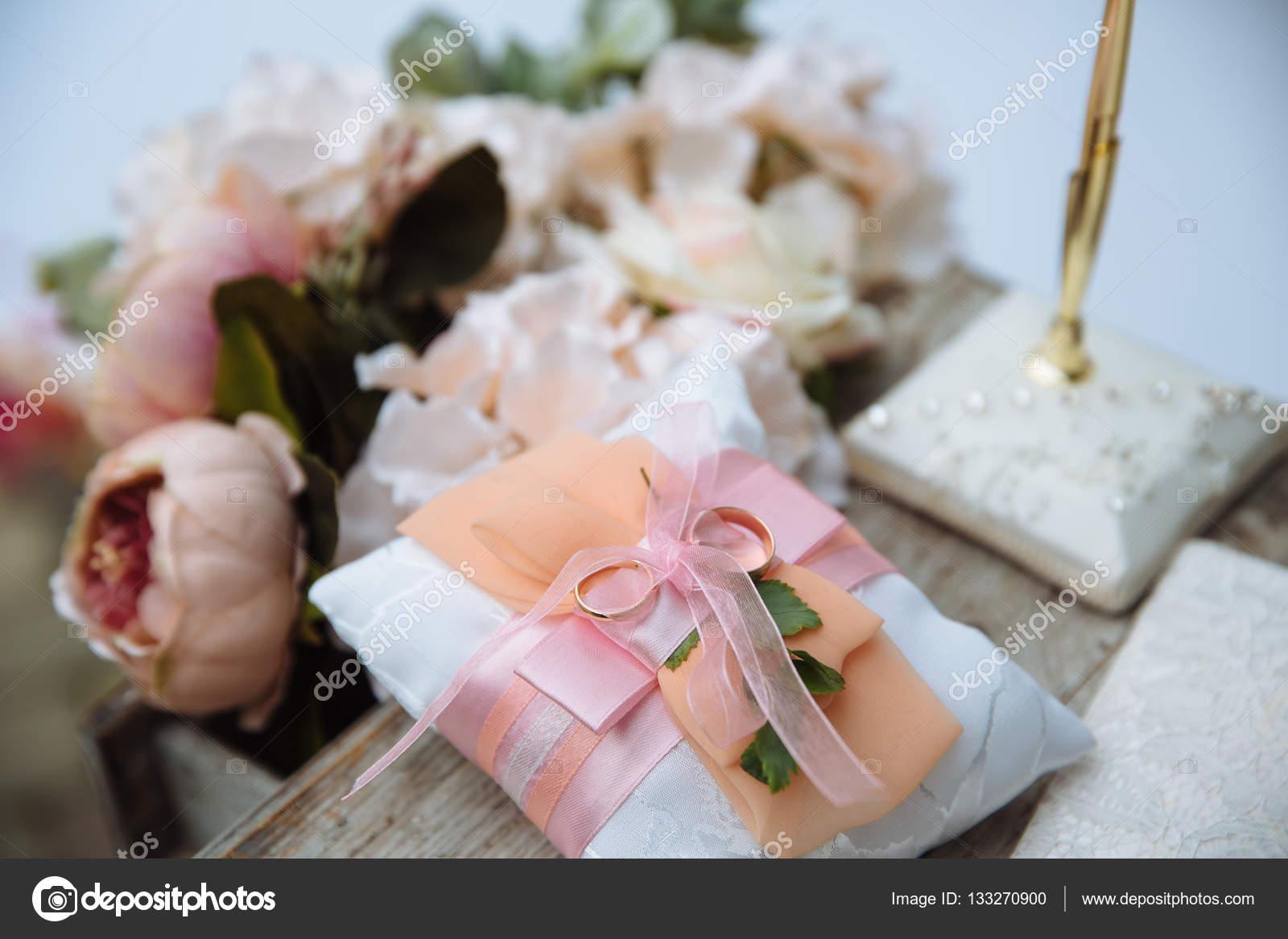 Goldene Hochzeit Ringe Auf Weiß Schmücken Kissen Stockfoto