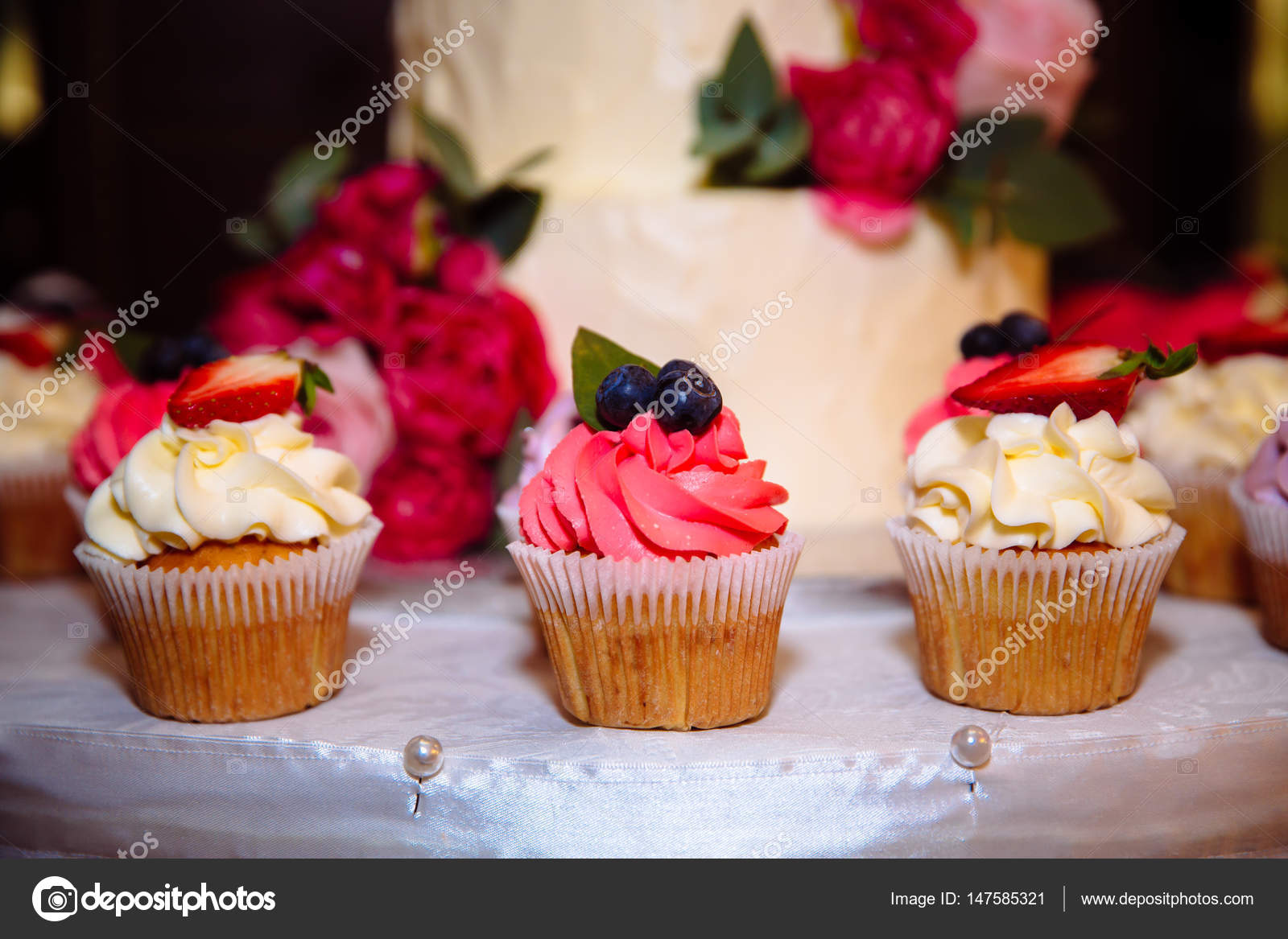 Barre de chocolat guimauve sur la table dans un vase une plaque avec des sucreries en couleur - Decoration cupcake anniversaire ...