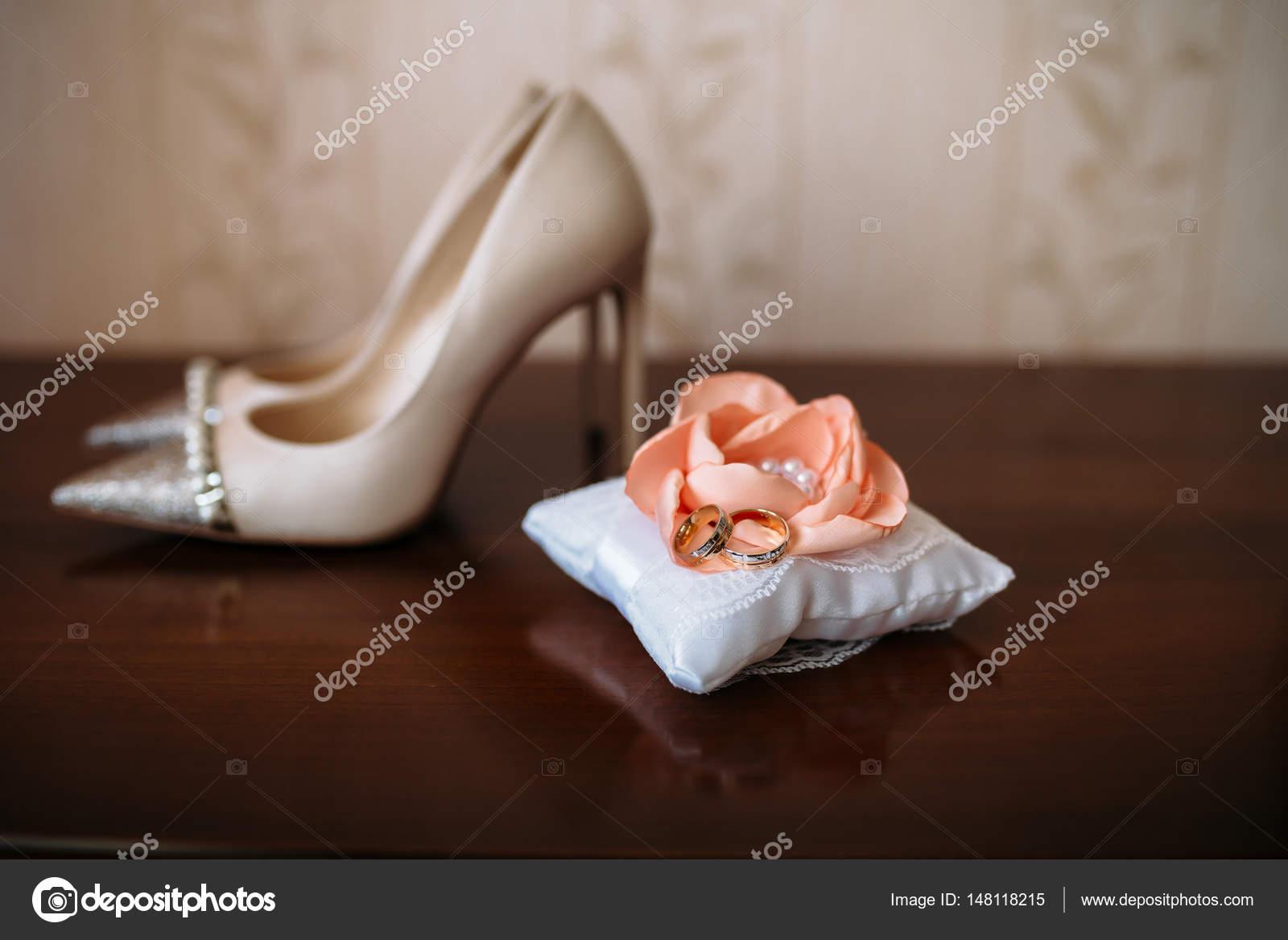 Goldene Hochzeit Ringe Auf Weiß Schmücken Kissen Weiße