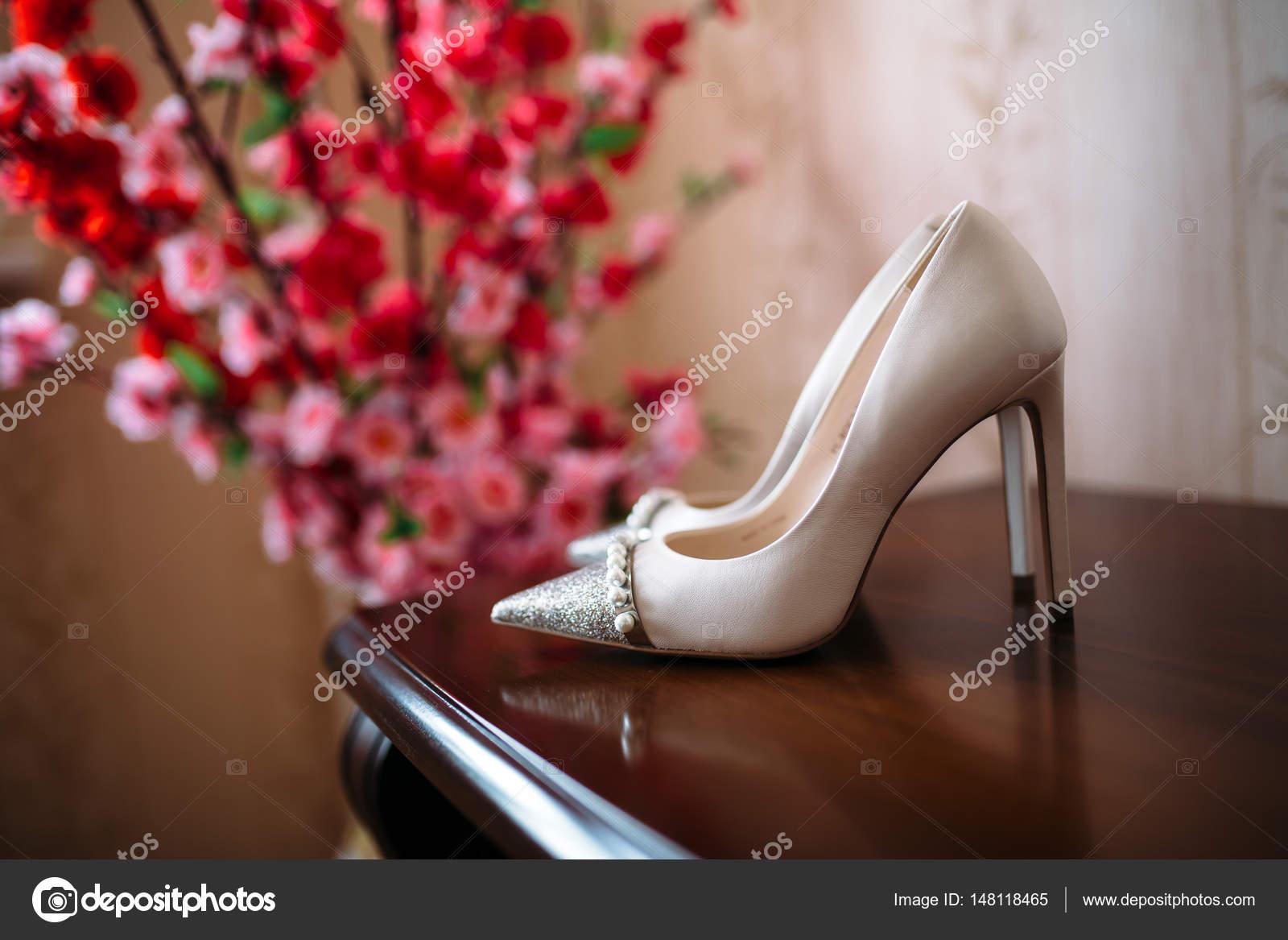 b59a8cee25b7c9 Elegante Brautschuhe auf braunen Tisch — Stockfoto © rmano.mail.ru ...
