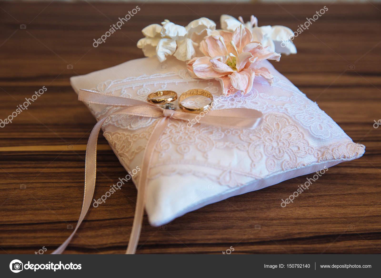 Bagues de mariage or blanc décorer oreiller à fond en bois \u2014 Photo