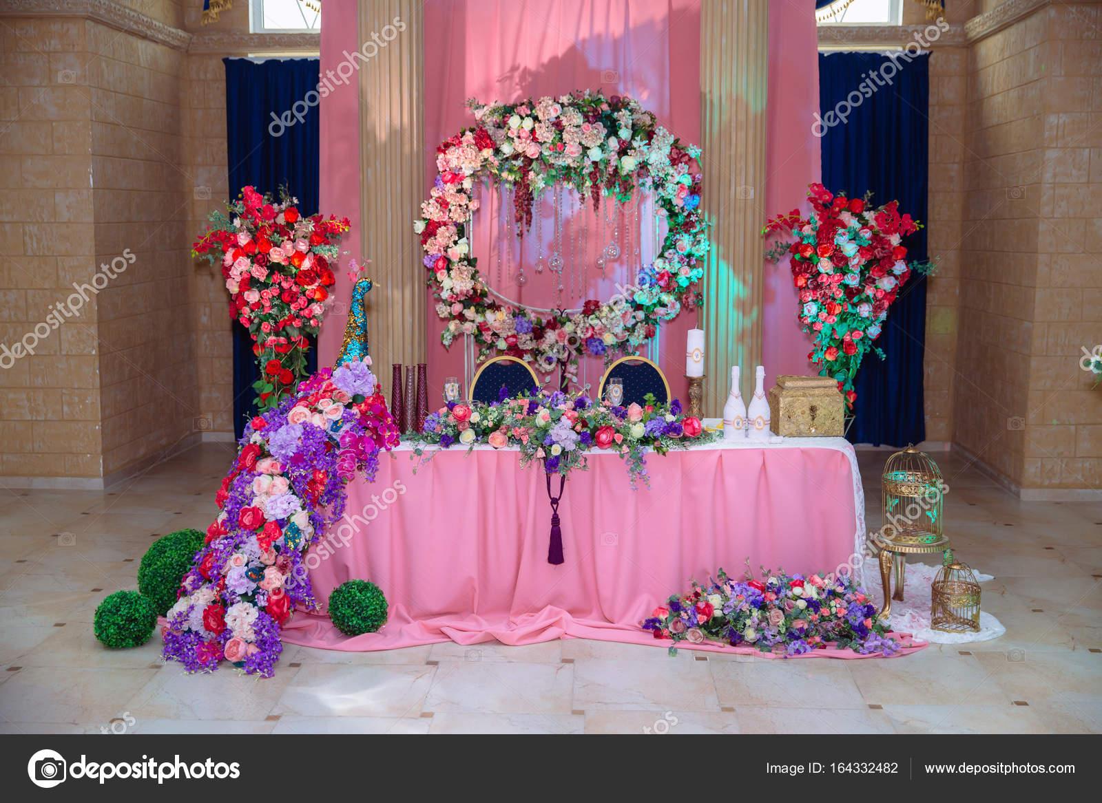 Bunte Dekoration Für Die Feier. Schönheit Braut Interieur. Konzept Des  Stils Der Bankett Saal U2014 Foto Von Rmano.mail.ru
