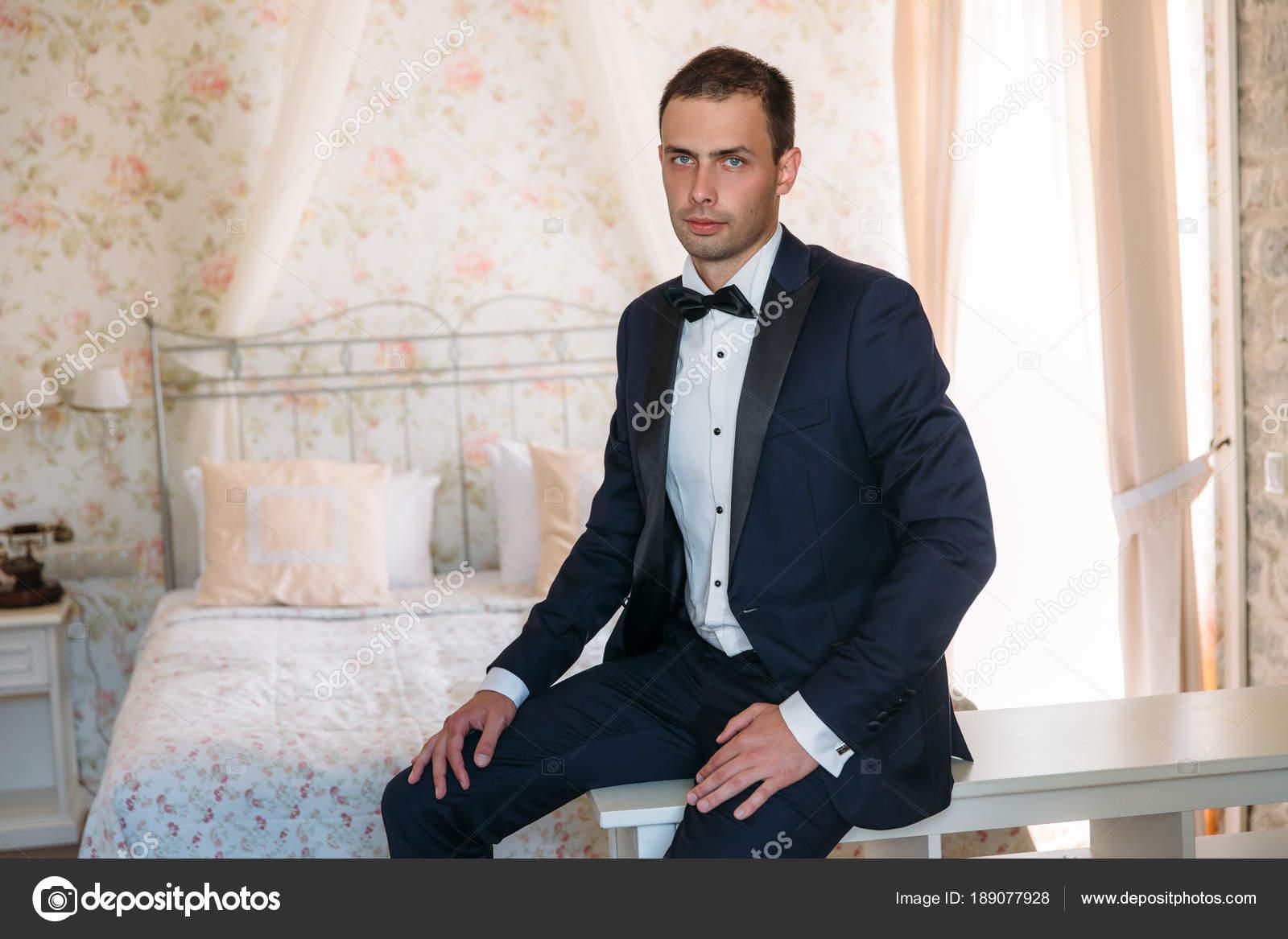 a44b361f83cf ... ένα αυστηρό κοστούμι με ένα άσπρο πουκάμισο και ένα παπιγιόν με το πρωί  φορέματα για την ημέρα του γάμου. Επιχειρηματίας στα κλασικά ρούχα — Εικόνα  από ...