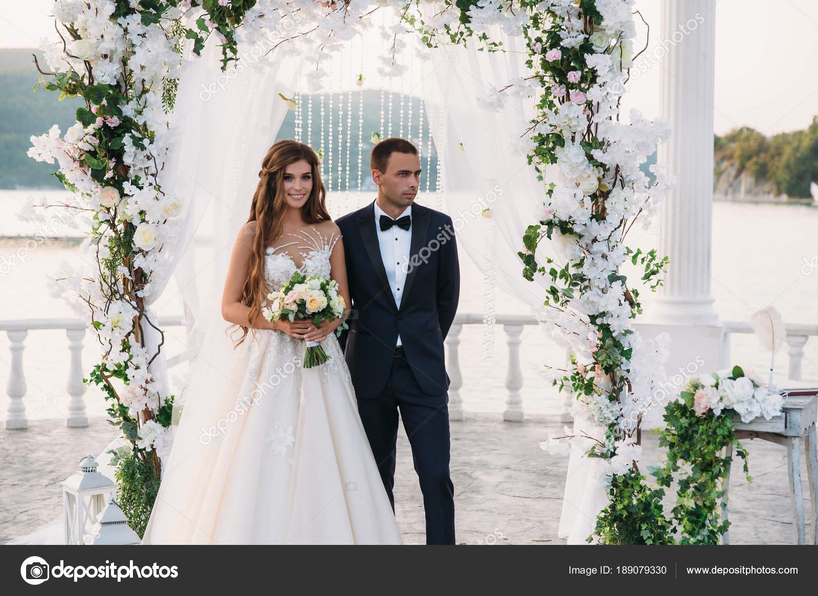 Attraktive Bräutigam und Braut bei der Hochzeit Tag Ceremory mit ...