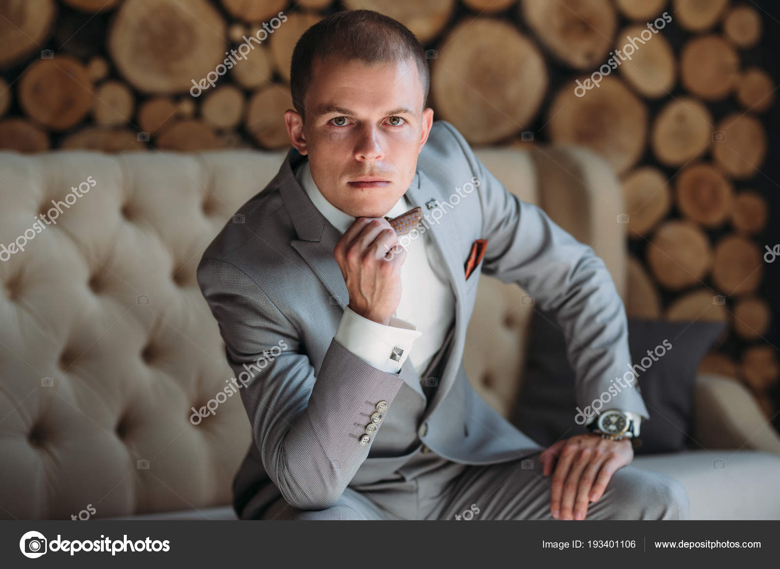 d703b74725e0 Ένας άντρας σε επαγγελματικά ρούχα με αξεσουάρ και μανικετόκουμπα ...