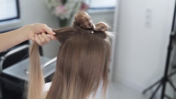 Close up, kadeřník sdílí zámky vlasů na klienta před barvení postupu