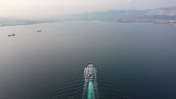 Légi felvétel ultra nagy üres konténer hajó a tengeren, felülnézetből