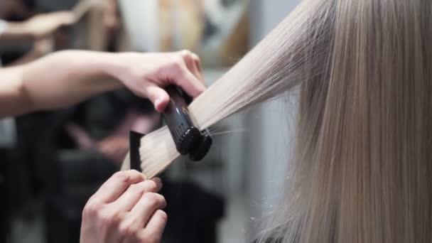 Közelről, fodrász stílus hosszú szőke nő haj hajvasaló