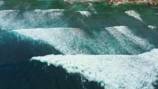 Légi felvétel az óriási óceáni hullámok becsapódásáról és habzásáról.