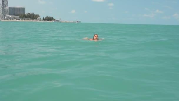 la ragazza nuota in mare aperto
