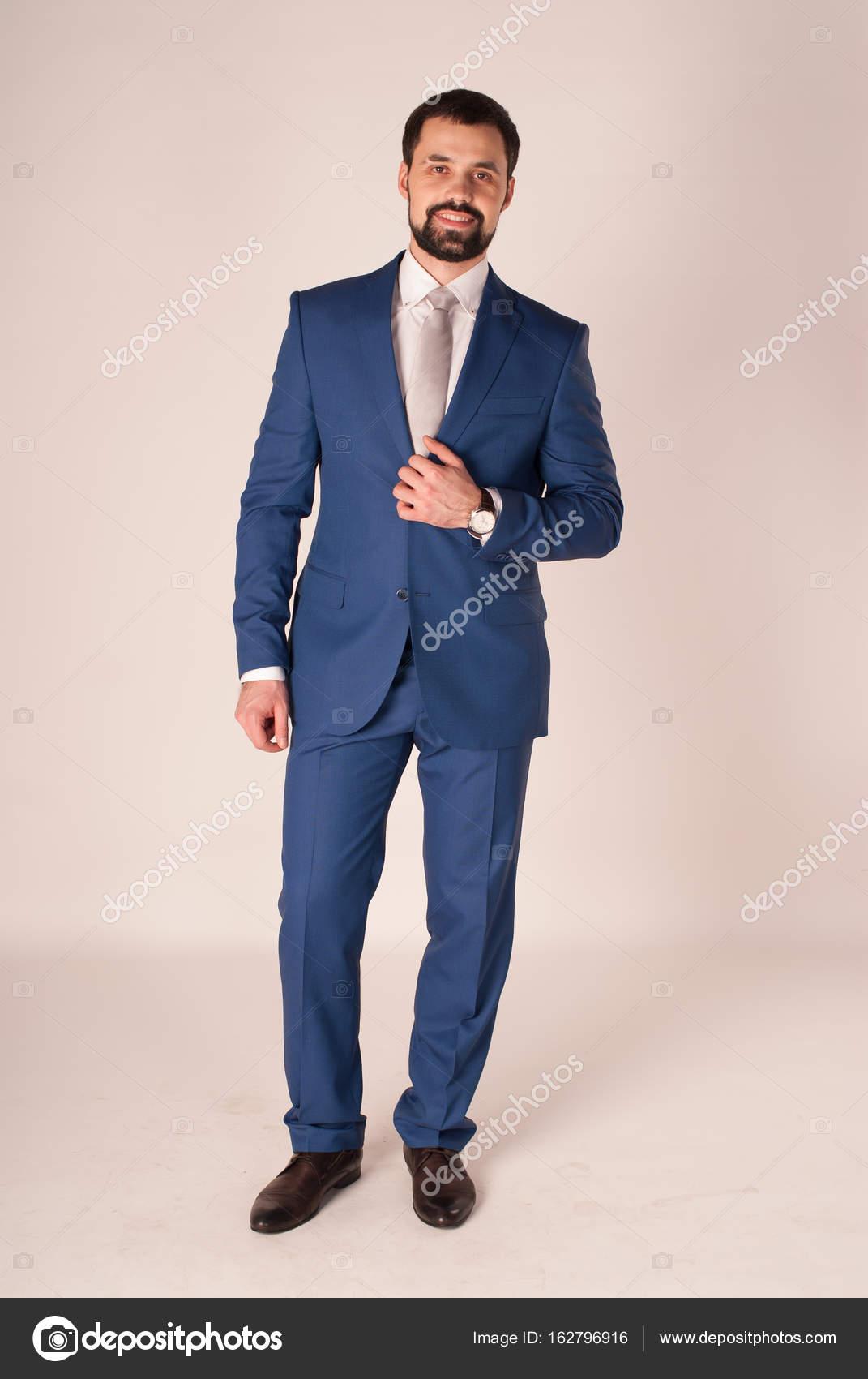 d38cb4ff3b4f1 Élégance et style. Portrait de jeune homme porter smoking et une ...
