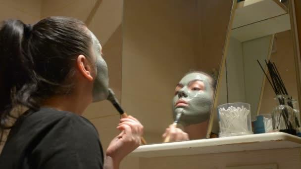 Ragazza fa sì che argilla maschera sul viso