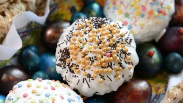 Húsvét sütemény és festett tojások egy kosár