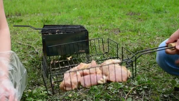 Grillezés a fa-szén grill hús. ínycsiklandozó forró shish kebab fém nyárson főzni. Ízletes hús darab kéreg. Grillezés élelmiszer. Vértes