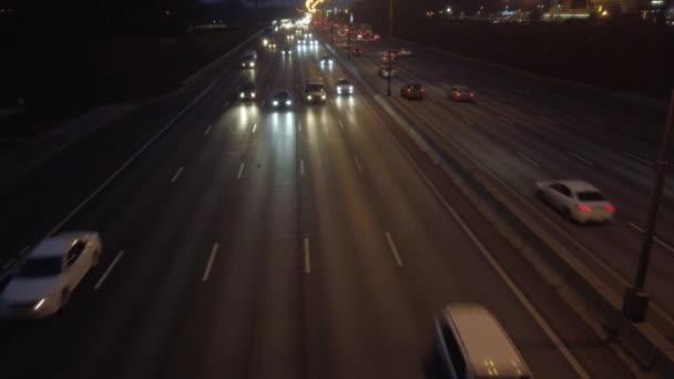 Noční provoz automobilů na dálnici