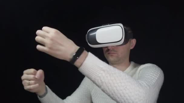 Mann mit 3D-Brille auf schwarzem Hintergrund