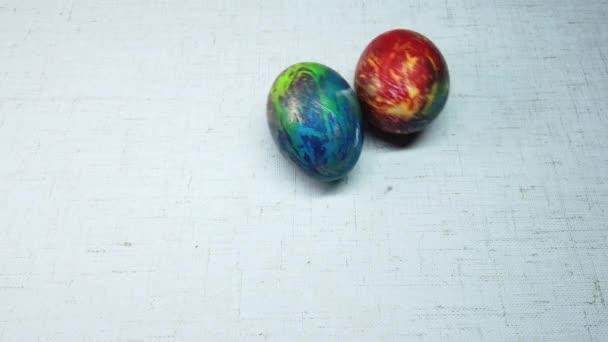 színes húsvéti tojás fehér alapon