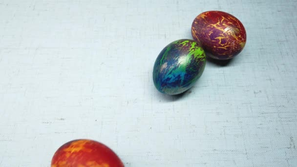 barevné velikonoční vajíčka na bílém pozadí