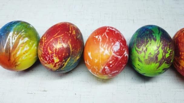 Barevné velikonoční vejce na bílém pozadí