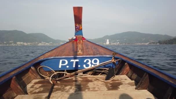Longtail Loď pluje vysokou rychlostí na vlnách podél pobřeží