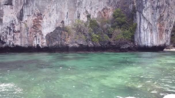 Pohled na slavný ostrov Phi Phi v Thajsku z lodi, vstupující do zálivu, kde byl natočen film Beach.