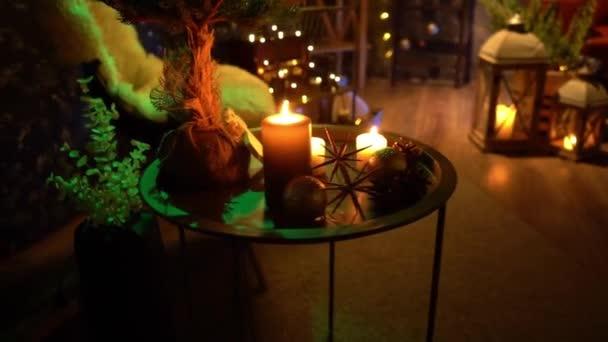 Nový rok strom zdobí světel, vánoční interiérové pozadí