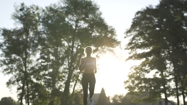 Žena s Fitness Tracker. Dívka sexy Sport