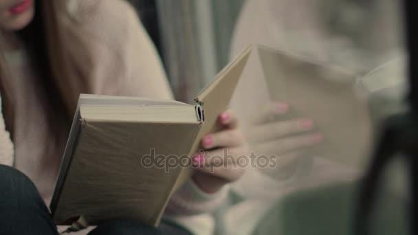 Krásné ruce mladý model otáčení stránky knihy