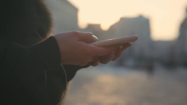 SMS žena na smartphone