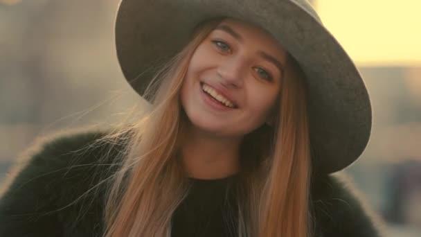 Zblízka mladý plachý ženské tváře šťastně se usmívala směrem k fotoaparátu