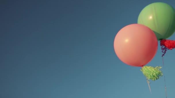 Barva helium balónky na obloze