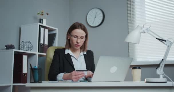 Online vásárlás E-kereskedelem Értékesítés Fogyasztóvédelem Elektronikus fizetési technológia koncepció. Laptop eszközt használó nő Hitelkártya vásárlás Áruk vásárlása vagy Online rendelés